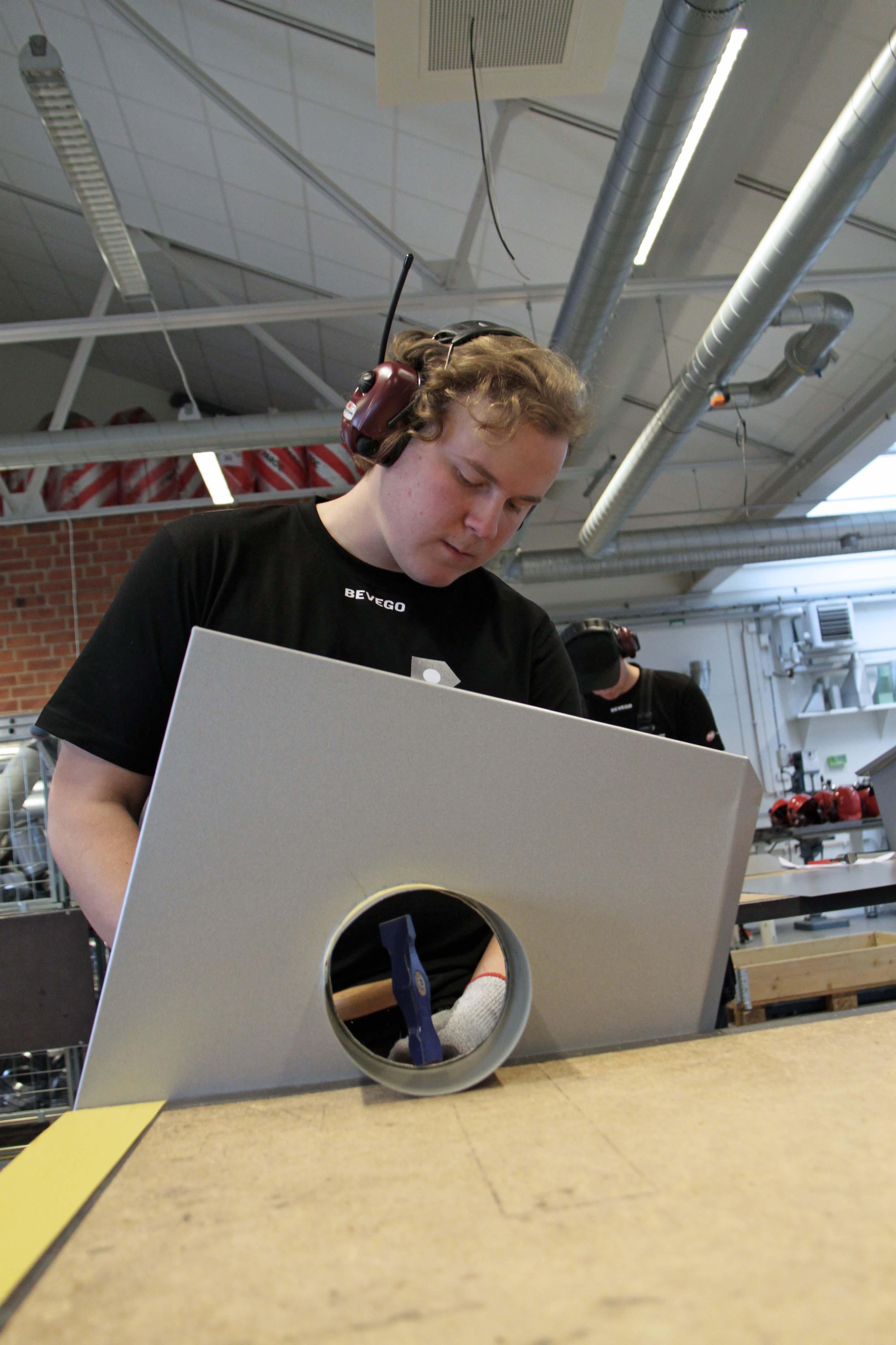 Sebastian Aveholt i verkstaden.
