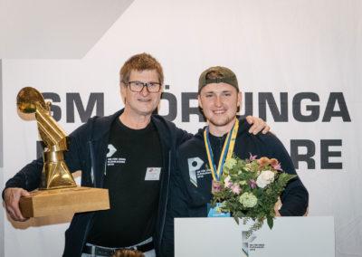 Plåtslagarlärare Tommy Sjöstedt och vinnaren Ludwig Uhrbom